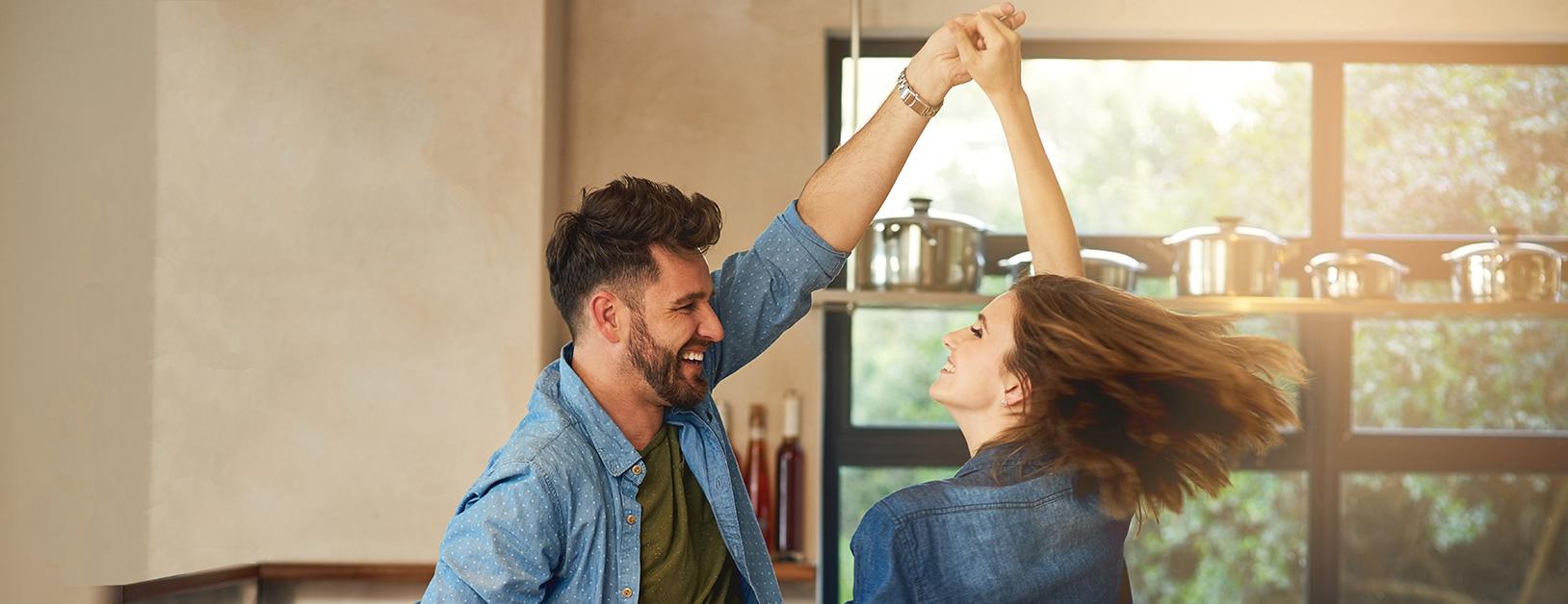 Tanzendes Paar in der Küche