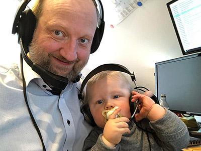 Alex Ritter mit Sohn tragen Kopfhörer