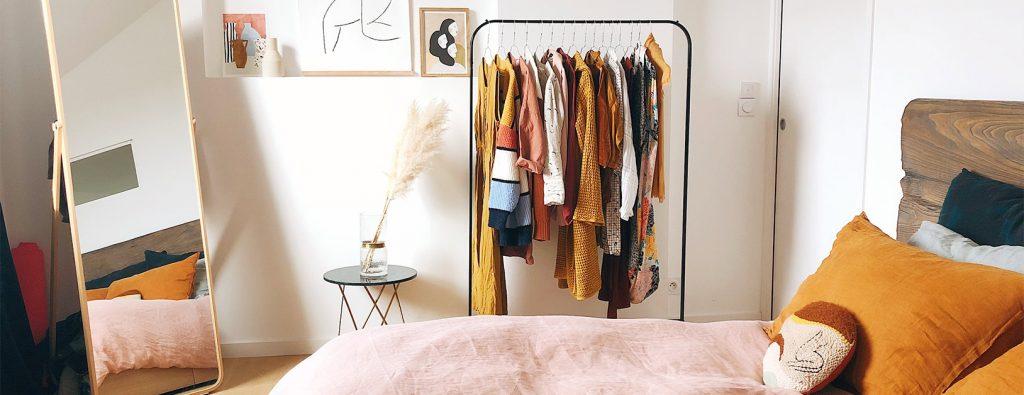 Schlafzimmer mit Kleiderständer