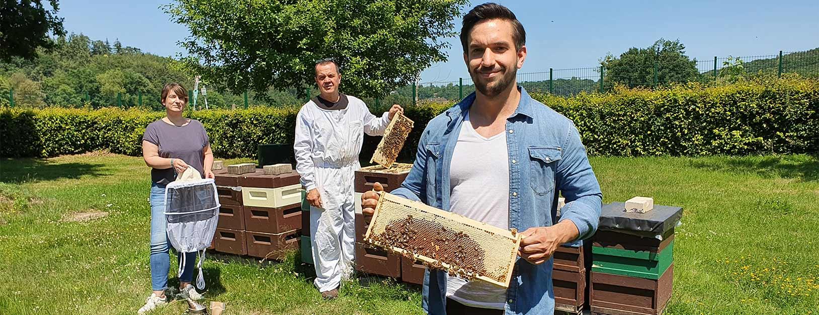 Frank Schmutzler, Mark Schmutzler und Heike Stolz am Bienenstand
